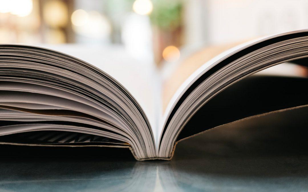 uppslagen bok på bord
